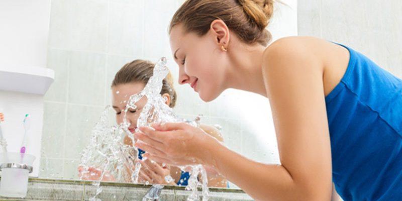 चेहरा साफ करने के उपाय इस्तेमाल करती महिला